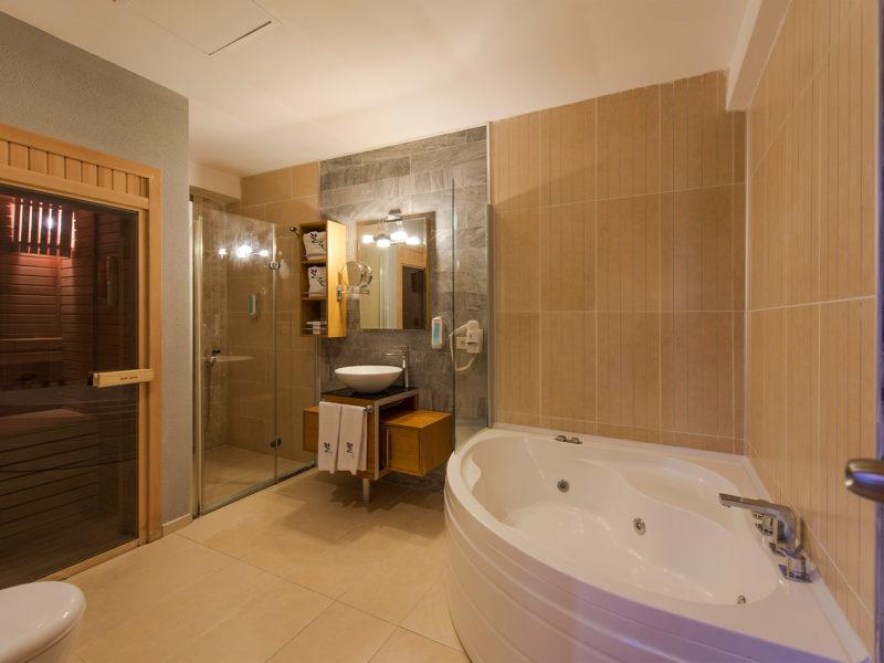 flora-garden-senior-suit-bath-room